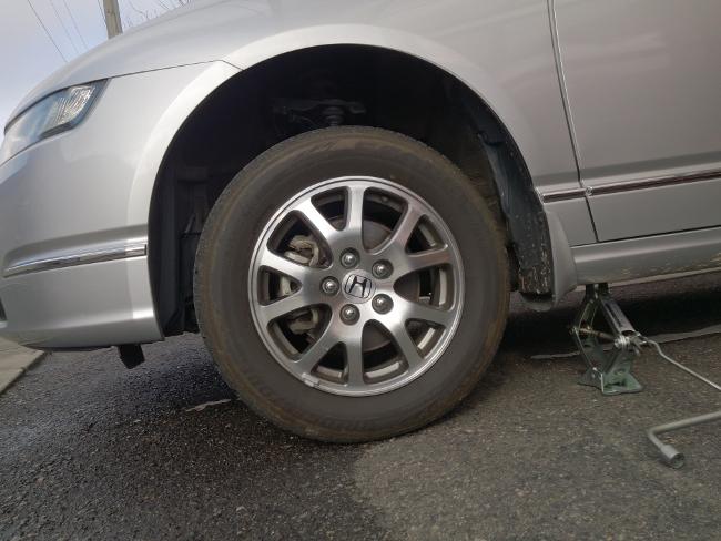 交換するタイヤが5割程度浮いた状態