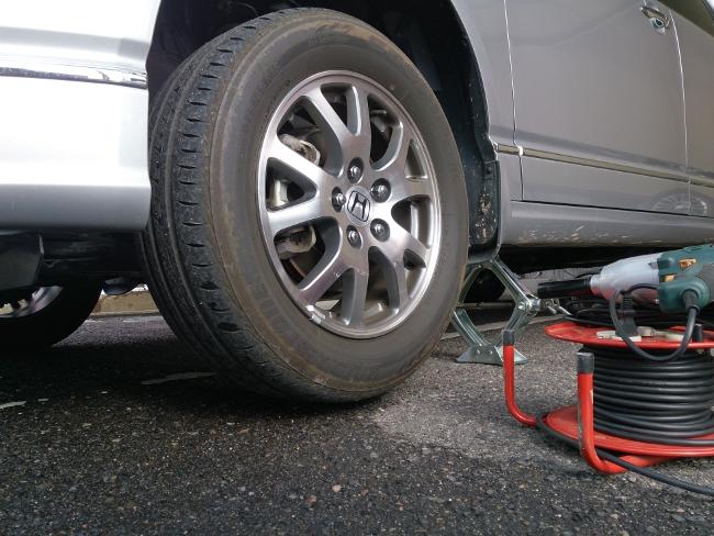 タイヤが2,3cmくらい浮く程度にジャッキアップ