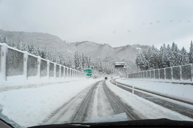 雪道の高速道路