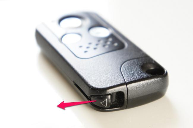 レバーを矢印方向に引きながら内蔵キーを取り出します