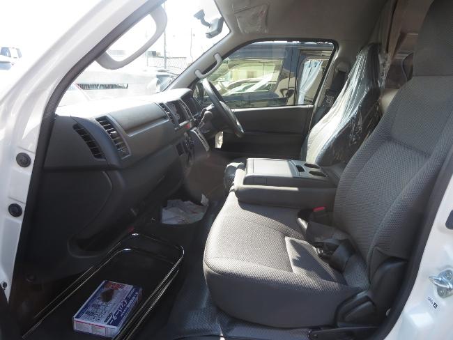 運転席も大きめのシートでゆったり空間