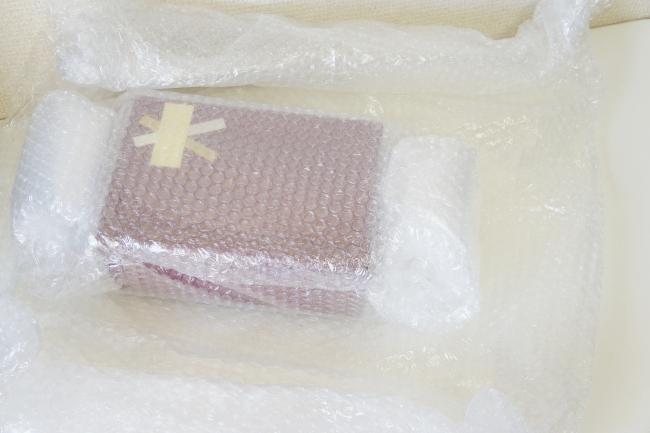 たくさんのプチプチの緩衝材に包まれた『写真彫刻グラス』の包装箱