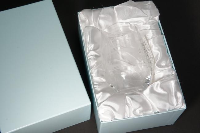 ギフト箱のなかのオデッセイの写真彫刻グラス