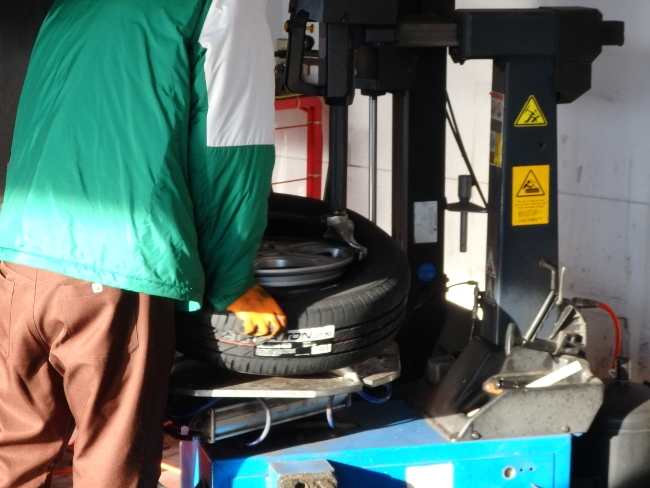 新品タイヤをホイールに取り付け