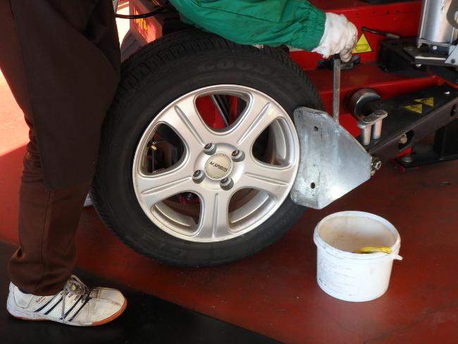 古いタイヤをホイールから取り外す(その1)
