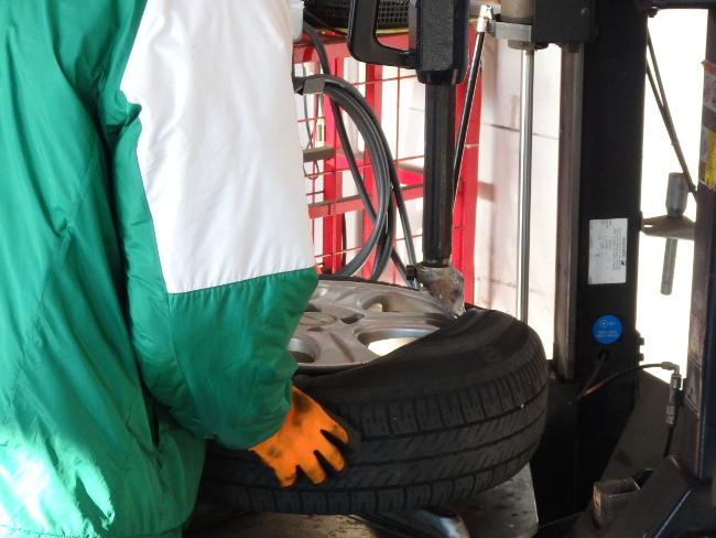 古いタイヤをホイールから取り外す(その2)