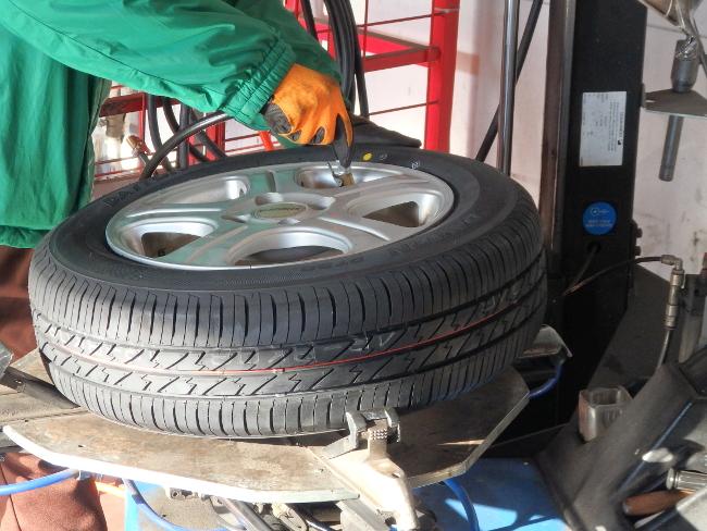 新品タイヤにガス充填(その1)