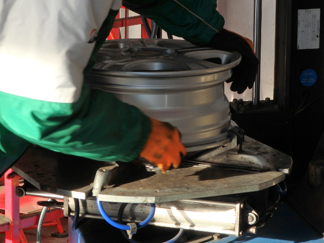 ホイールにタイヤが密着する部分を研磨
