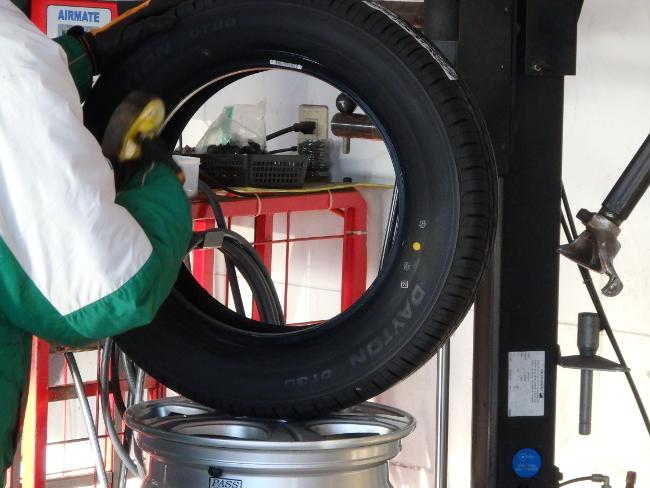 タイヤにビードクリームを塗布